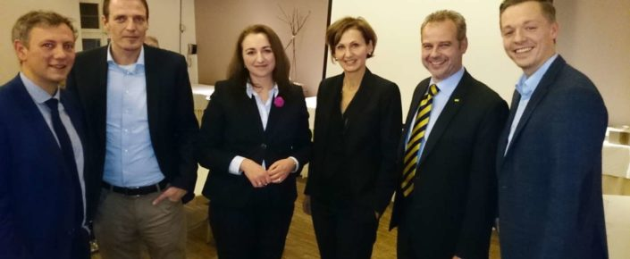 Generalsekretärin der FDP-Hessen, Bettina Stark-Watzinger zwischen Spitzenkandidat Till Mansmann und Melina Scinardo