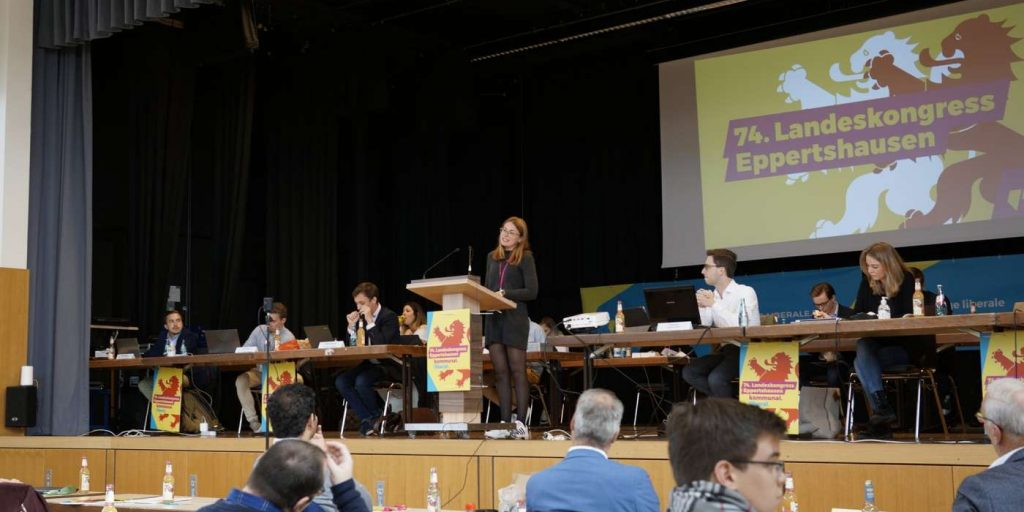 Hannah Dietz eröffnet den Landeskongress in Eppertshausen